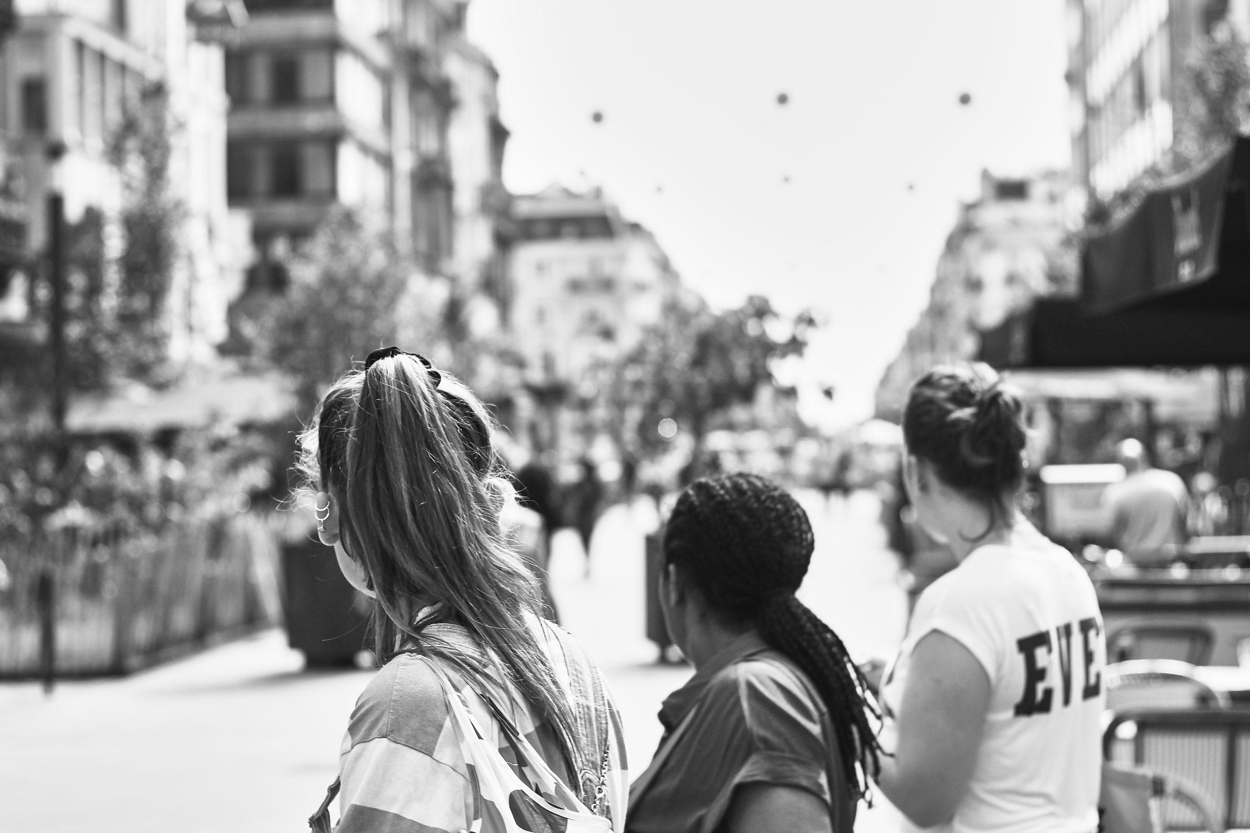 Photo noir et blanc de dos de 3 adolescentes dans le centre ville de Bruxelles